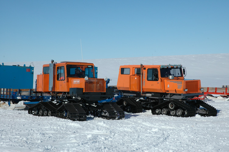 Sno-Cats set off to Halley with bulk fuel tanks
